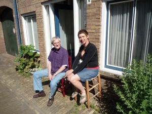 Leen Quist en Yvette Lardinois in 2012 voor zijn atelier in de Pijpstraat in Middelburg